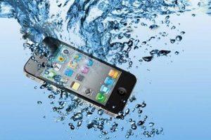 أربعة خطوات يجب أتباعها بعد سقوط الهاتف في الماء