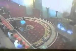 فيديو : مختل عقليا يصرب إمام مسجد محاولا أن يصلي مكانه