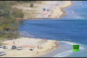 فيديو : حفرة كبير تظهر على سواحل أستراليا تمتلئ بالمياة و تبتلع المقطورات