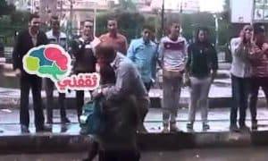 بالفيديو رجل يستغل الأمطار الغزيرة بالاسكندرية وينقل المواطنين على كتفه