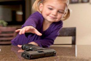 رجل يترك حفيدتة ذات الخمس سنوات وحيدة فى الصحراء و يعطى لها مسدس لقتل أى شخص سيئ و السبب غريب