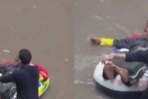 بالفيديو: رجل يتجول بشوارع الإسكندرية بواسطة عوامة أطفال … ينال سخرية المارة