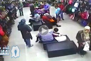 سيدة تقوم بسرقة حقيبة زبونة بأشهر محلات الإسكندرية بطريقة احترافية .. شاهد بالفيديو