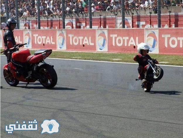 الأب وابنه على الدراجة البخارية