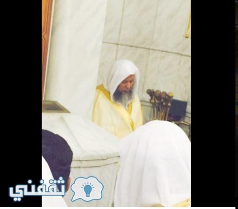 الشيخ محمد ايوب أثناء الصلاة بالمسجد النبوي الشرييف