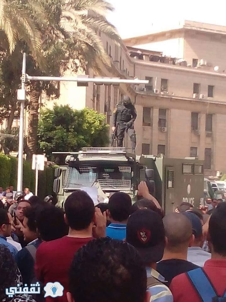 المتظاهرون امام نقابة الصحفيين