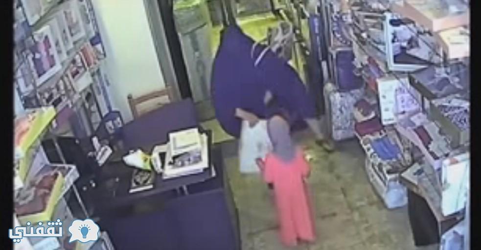 هذه لقظة من مقطع الفيديو امرأة تسرق محلا بالسويس وتخفي المسروقات أسفل ملابسها