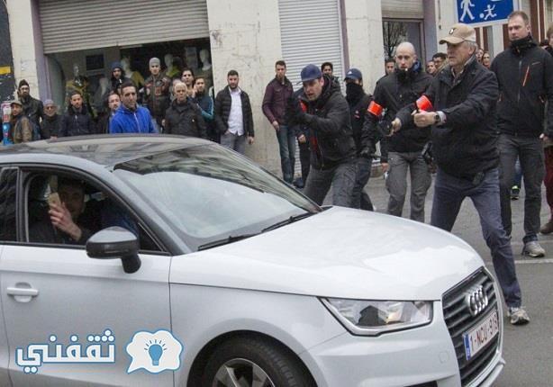 محاصرة الشرطة للسيارة والتقاط الشاب صور للسيدة
