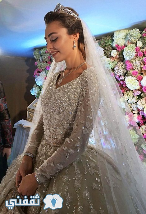 32AAFD7B00000578-3514779-Flawless_According_to_Russian_Tatler_the_bride_her_make_up_done_-m-7_1459330888589