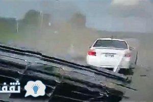 شاهد بالفيديو نجاة شاب بأعجوبة بعد انقلاب سيارته في الهواء 7 مرات وتناثر حطامها