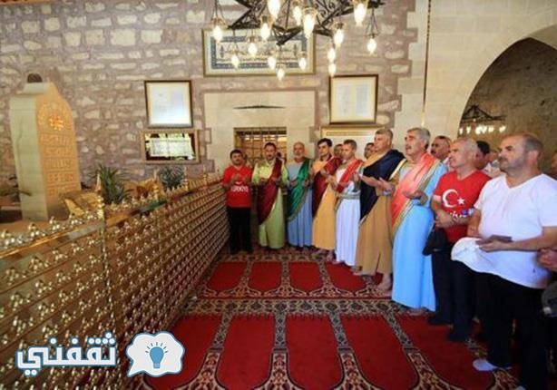 اتراك يرتدون زي أهل الكهف