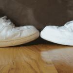 كيفية تنظيف الحذاء الأبيض وإزالة الاصفرار به