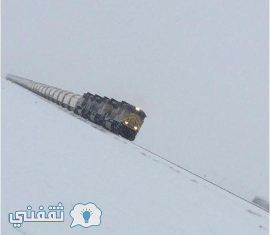 صورة قطار فوسفات يسير وسط الثلوج في المملكة العربية السعودية بمنطقة عرعر