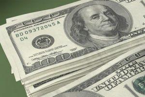 انخفاض أسعار الدولار المتداولة بالبنوك 22 قرشا