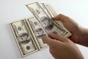 انخفاض سعر الدولار اليوم في البنوك الرسمية طبقا للتعامل في البنوك في بداية فترة الإجازات البنكية