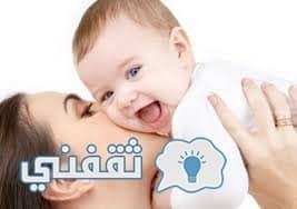 امرأة تعبأ لبن الأمومة الطبيعية وتوصله للمنازل