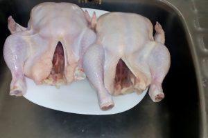 طريقة غسل الدجاج والتخلص من رائحة الزفارة
