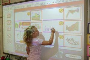 العلاقة بين التكنولوجيا والتعليم وتأثيرها علي الطالب