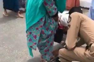 تكريم رجل أمن بالحرم لخلعه حذائه لسيدة باكستانية مسنة