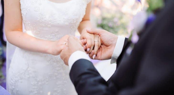 مشاكل بين اهل العروسة أدت الى ضرب العروسين معا