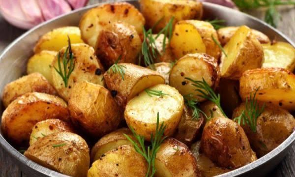 طريقة تحضير البطاطس المشوية بالبصل