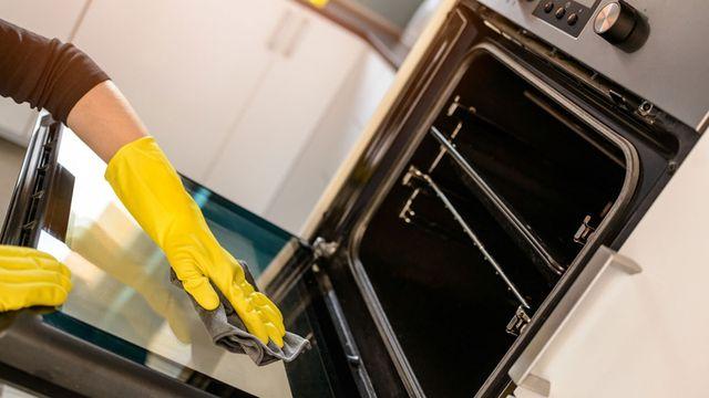 تنظيف زجاج الفرن الأمامي بكل سهولة بمواد منظفة طبيعية من المنزل ثقفني