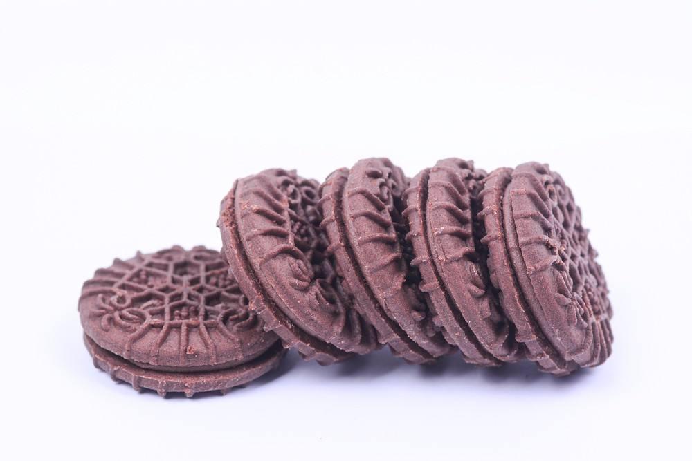 طريقة عمل بسكويت الشوكولاتة محشو بالكريمة اللذيذ في المنزل زي الجاهز