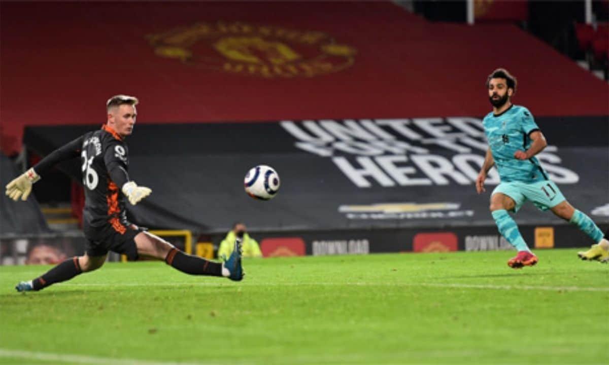 سجل لاعب وسط ليفربول المصري محمد صلاح (إلى اليمين) الهدف الرابع لفريقه خلال مباراة كرة القدم في الدوري الإنجليزي الممتاز بين مانشستر يونايتد وليفربول في ملعب أولد ترافورد