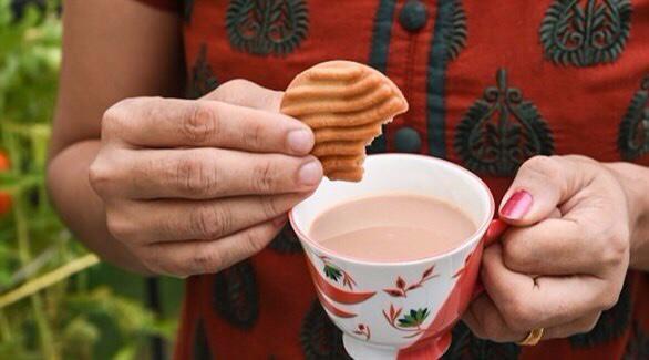 الشاي مع البسكويت