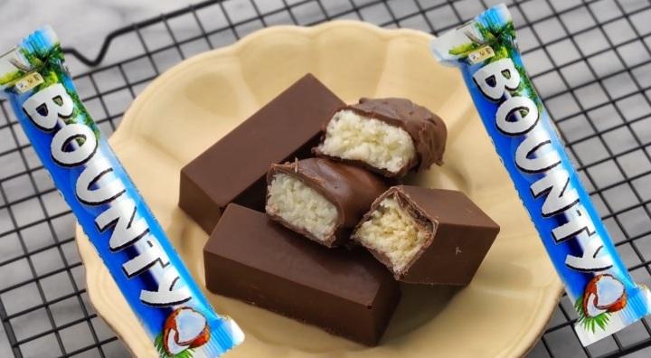 طريقة عمل شوكولاتة باونتي المغلفة بالشوكولاتة